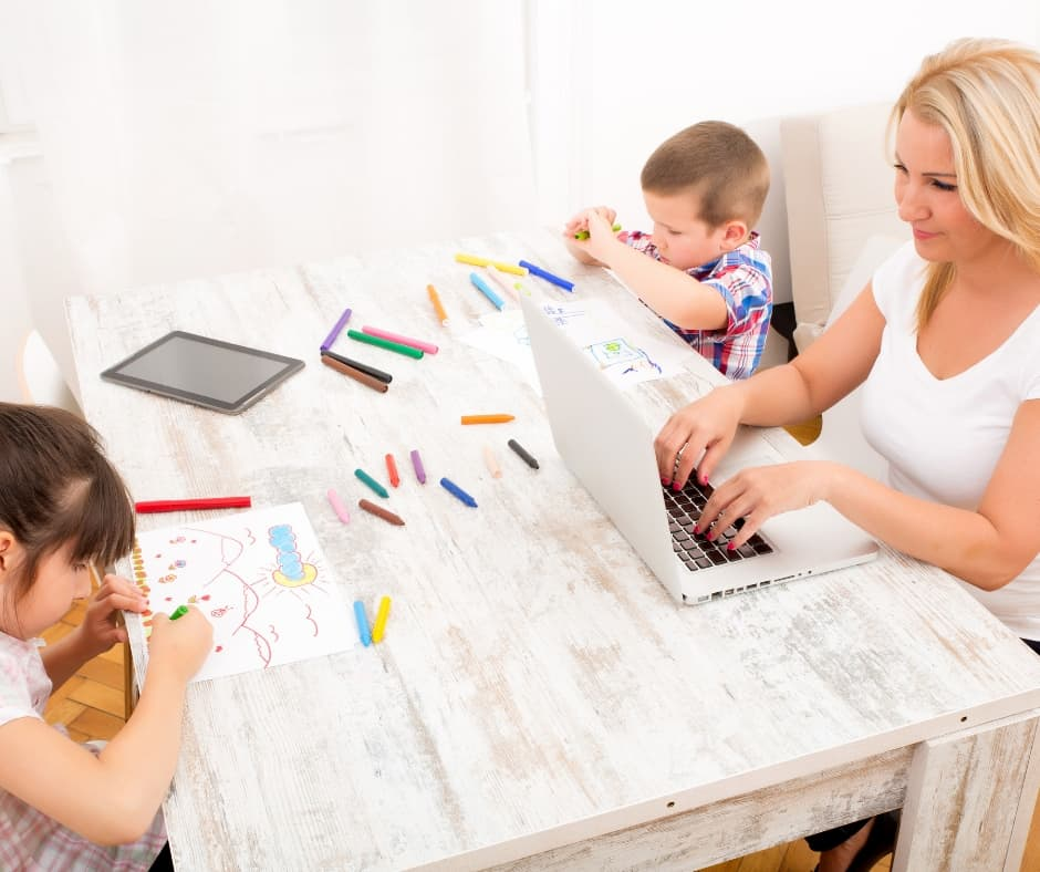 Here are 8 ways plus 4 mom hacks to keep your kids busy without using screen time so you can get things accomplished